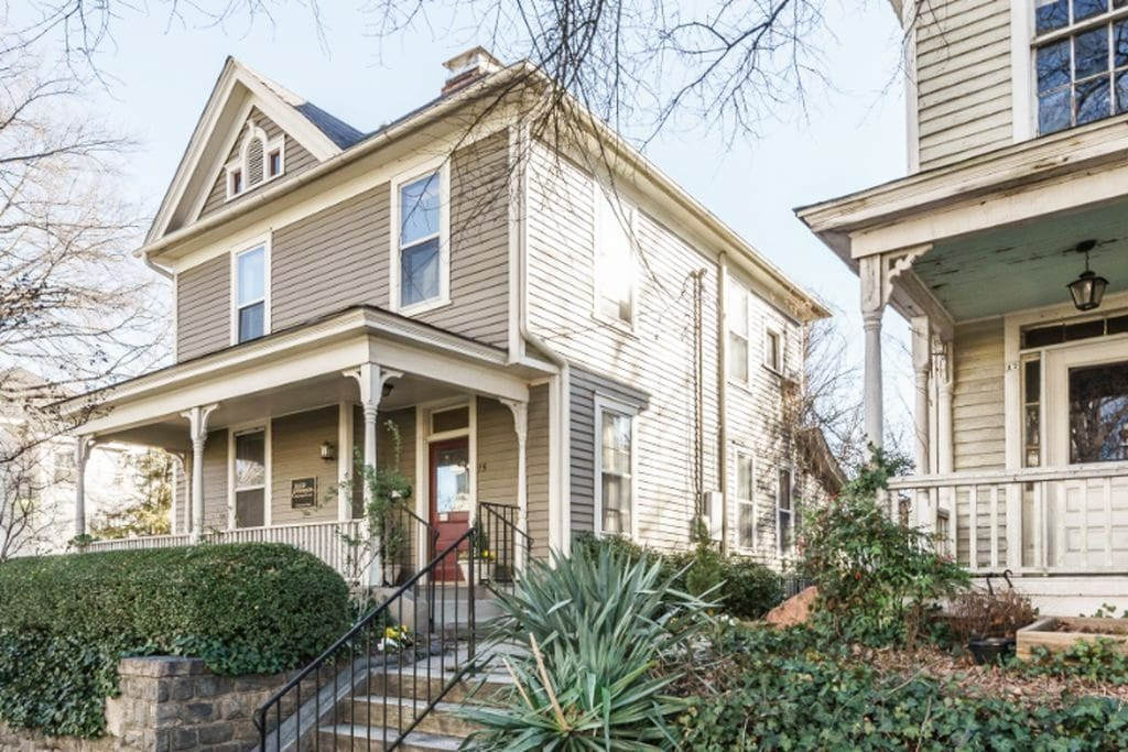 Historic Neighborhood w front porch, just a few minutes walk from the heart of Downtown Raleigh.