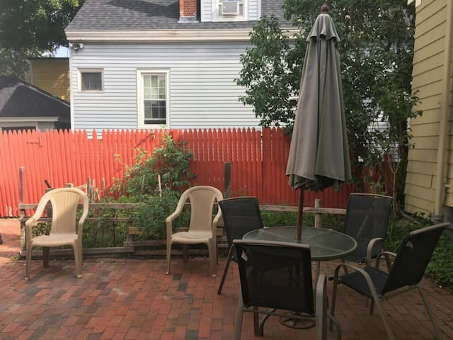 Cozy One Bedroom Carelton - Walk To State Theater!