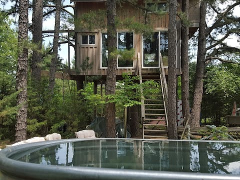 Getaway from crazy city life to Relax, unplug from social media, connect with mother nature in a Real Treehouse. Remember your enchanted soul without all the noise and chaos of the world. Find peace again! Add Life Coaching to support your journey!