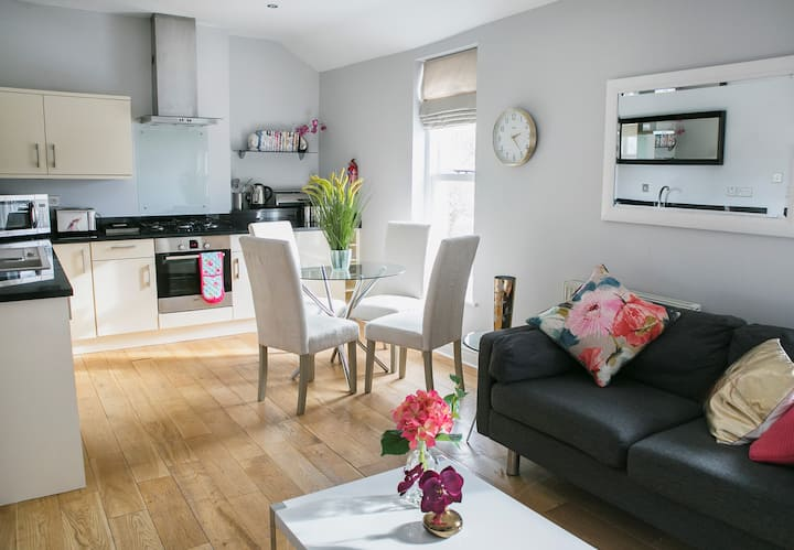Charming 2bd apt in Harrogate with parking