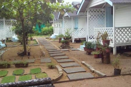 Ku Mimi Cablet. Kampung style wooden chalets (fan)