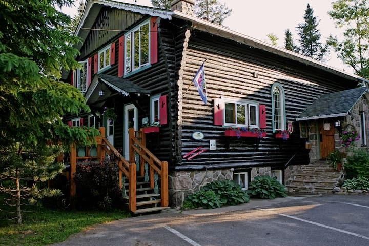 Le Lupin B&B... 1 km from Tremblant - Mont-Tremblant - Bed & Breakfast
