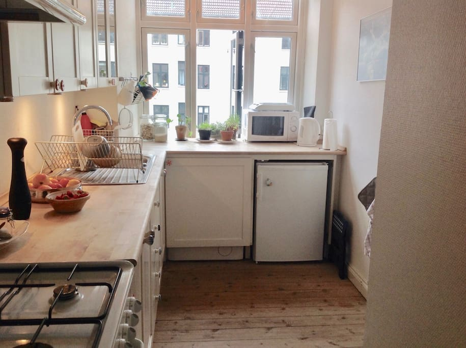 A perfectly working, and charming kitchen. You will have one shelf available in the fridge, so you are able to shop, and cook your meals.