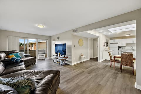 Swanky condo + king bed + amazing location close to everything!