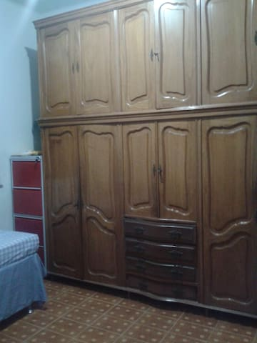 armário no quarto single. big closet in the singles room.