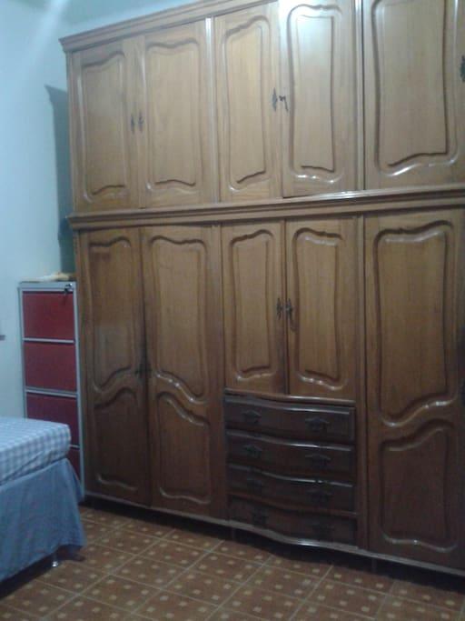 armário no quarto single. big closet in the singles room.