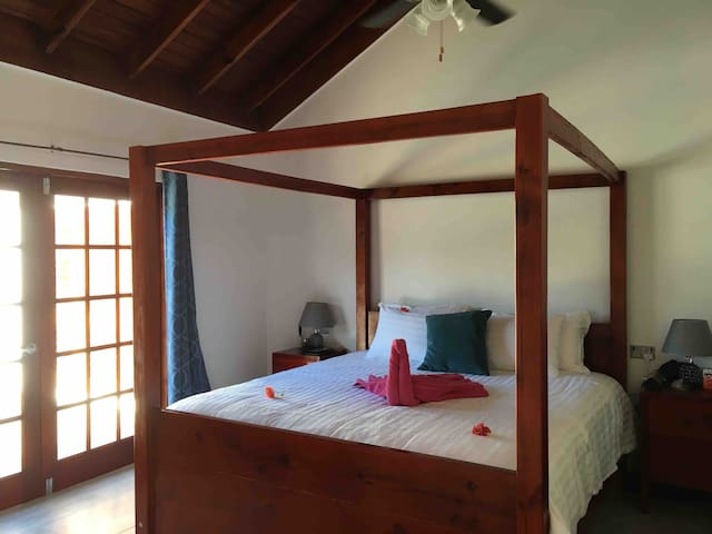 Fabulous kingsize en-suite room with Pool.