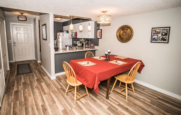 Modern Condo Get-Away, 1 mile from U of A campus!