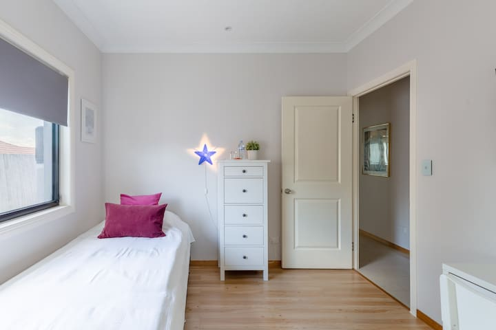 Relaxed modern accommodation - King Single Room