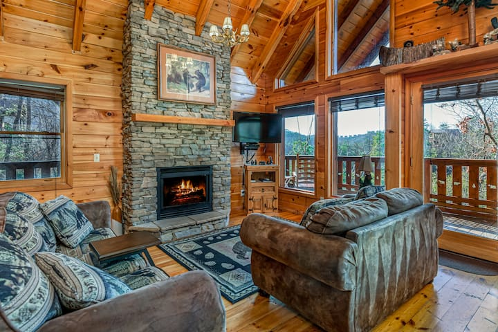 Cabin⭐ Smoky Mountain View ⭐ Porch and Hot Tub
