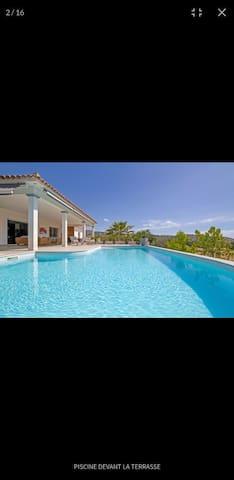 Villa avec piscine proche commerces et plage