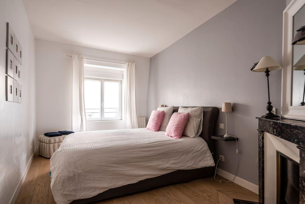 first bedroom with bed ling size  première chambre avec lit en 160 cm pour 2 personnes