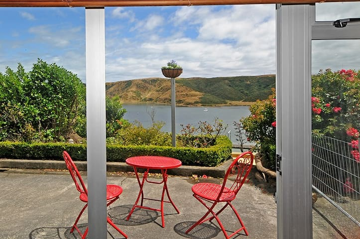 The Eagle's Nest - That Peaceful, Easy Feeling - Porirua - Bed & Breakfast