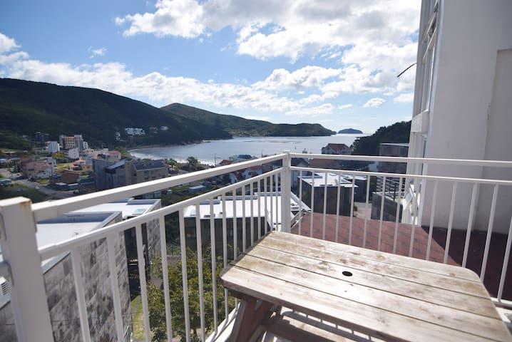 바다가 한눈에 보이는 멋진뷰와 최대16명까지 입실가능한 넓은 숙소