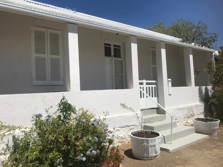 Waterpoel Cottage quiet oasis in the heart of town