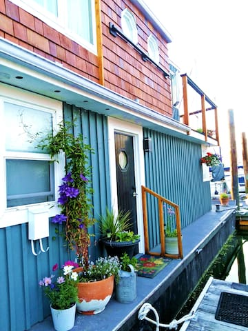 NEW!  Floating Artist's Oasis in Cowichan Bay!