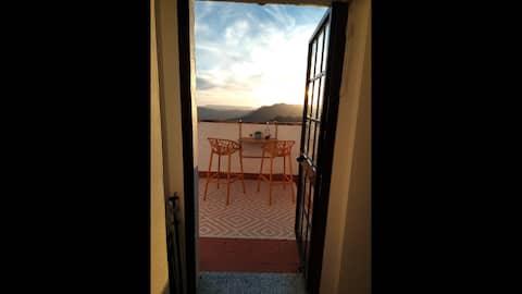 VISTAS DE BENAOCAZ Preciosa casa de dos plantas situada en Benaocaz. Cuenta con chimenea y una terraza con unas vistas increíbles a la montaña, donde contemplar maravillosas puestas de sol.