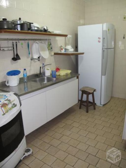 cozinha, fogão, geladeira, utensilhos.
