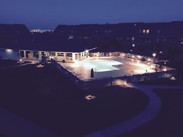 Cozy studio condo overlooking pool - Emerald Isle