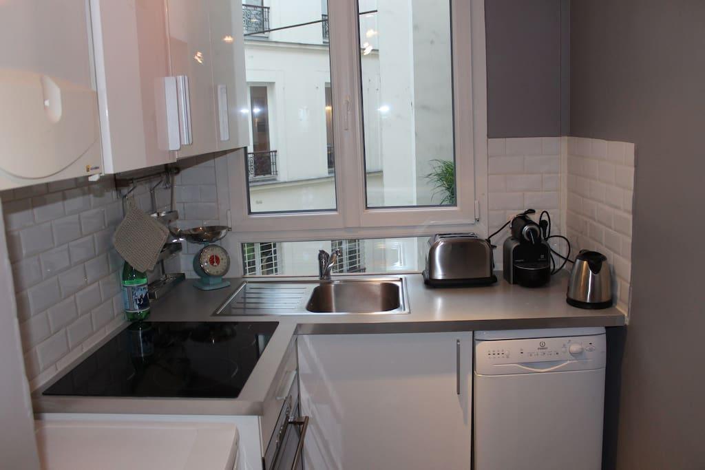 Cuisine toute équipée, frigo, lave-vaisselle, four, micro-onde, bouilloire, grille-pain,cafetière Nespresso avec capsules à disposition