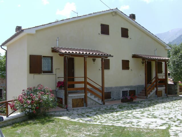 """Vettore"" chalet in Monti Sibillini - Montemonaco - House"
