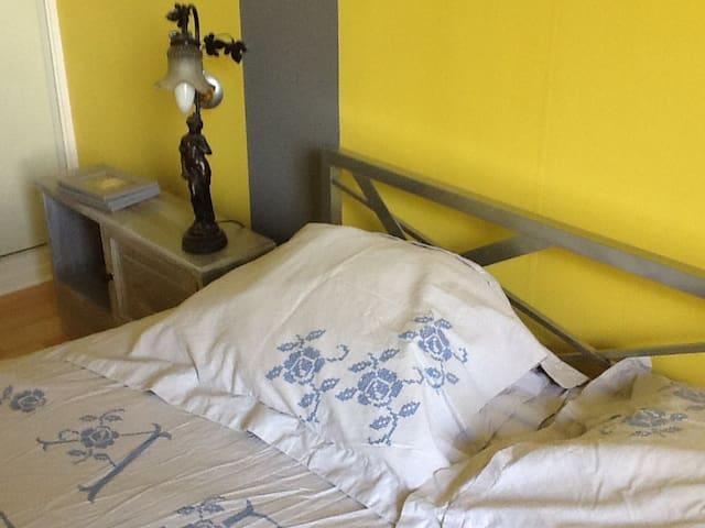 chambre jaune et grise, literie neuve