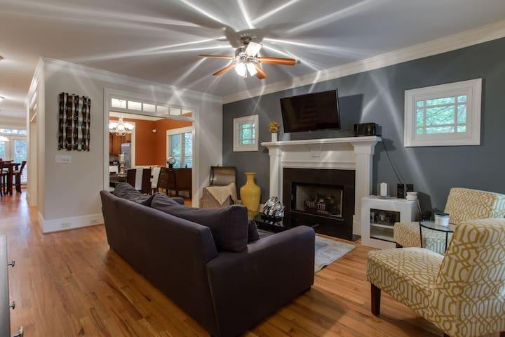 Cute, Charming & Spacious home in Hip EAV-sleeps 6