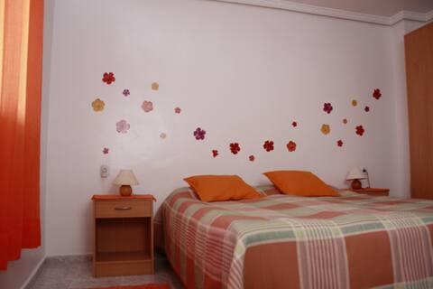Orangenes Zimmer am Meer