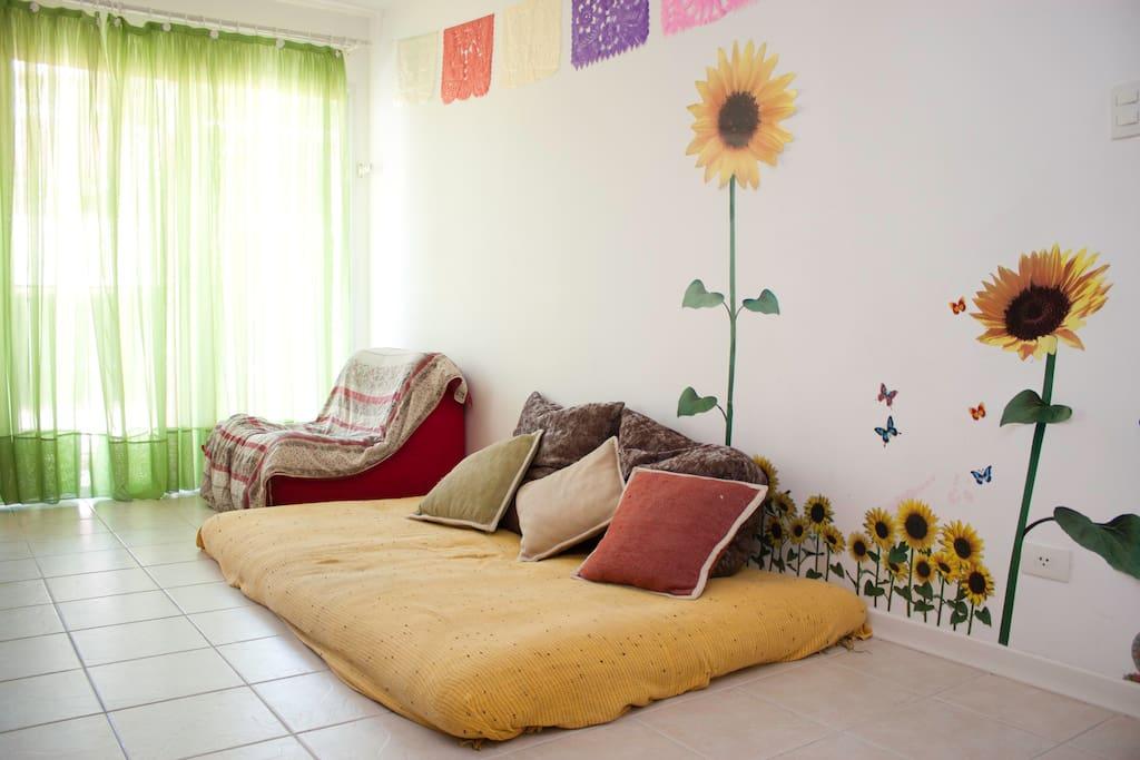 Sala de estar, futon macio e ortopédico. Muito conforto!!!