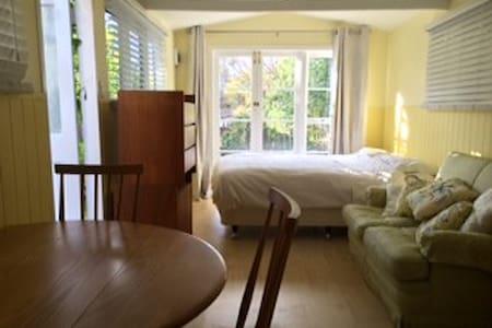 Sunny garden studio. - Auckland - Appartement