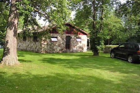 Charming Stone Cottage, Upper Rideau, Westport, ON - Westport - Sommerhus/hytte