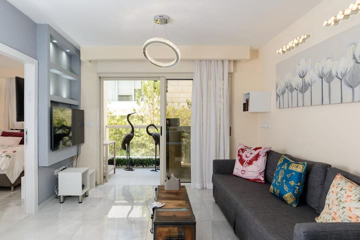 GORGEOUS 1BDR - 2min from the beach, pool, parking