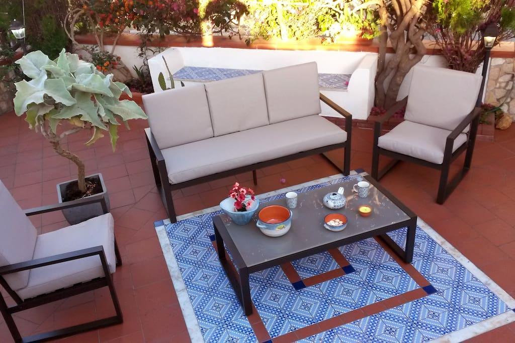 Veranda, con barbecue, ad uso esclusivo degli ospiti.
