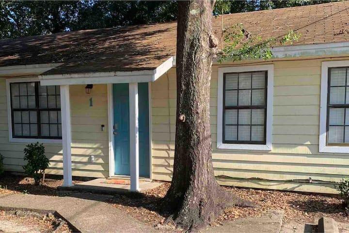 Quiet private home for 4, A/C, 1.5 bath, kitchen