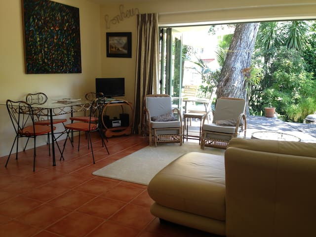 Cheltenham Beach apartment, beach 2 minutes walk.