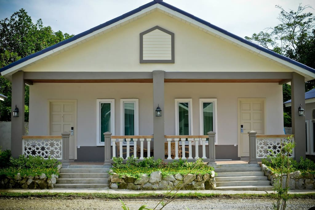 26 Deluxe Cottages – Large, spacious (37sqm in size) and comfortable rooms that are located within a peaceful garden setting. Each individual cottage style room also has an open air terrace that offers views of either the hills or rainforests of Langkawi.