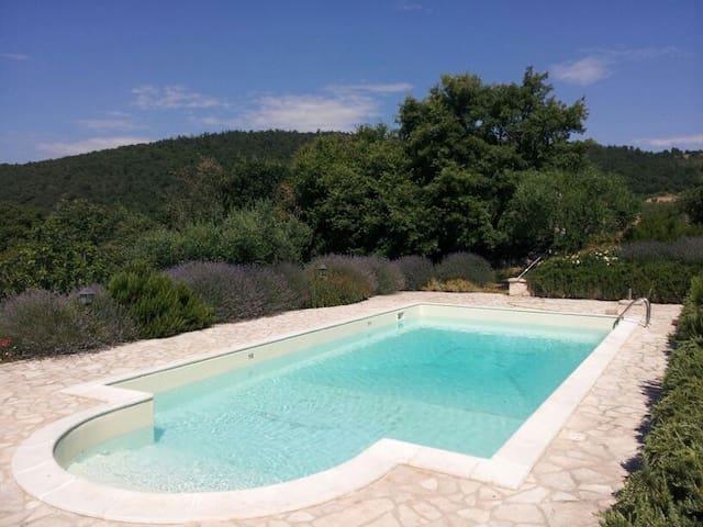 Villa Lavanda, casale sul colle di fronte a Todi