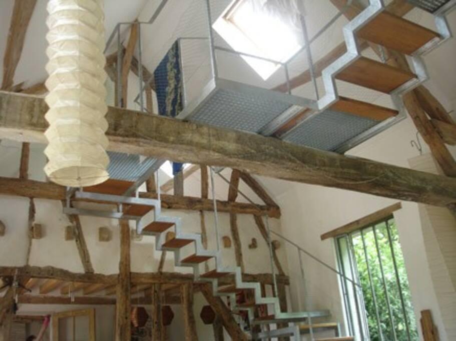 Escalier et Passerelle d'accès au Chambres. Surplombe le Salon