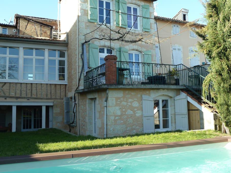 Vue de la chambre située sous la terrasse. Avec accès direct par la porte latérale au jardin et à la piscine.
