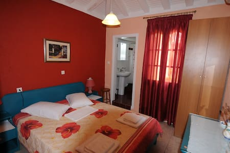 Double Bed Room & WC in House with Beach - Sporades - Huvila