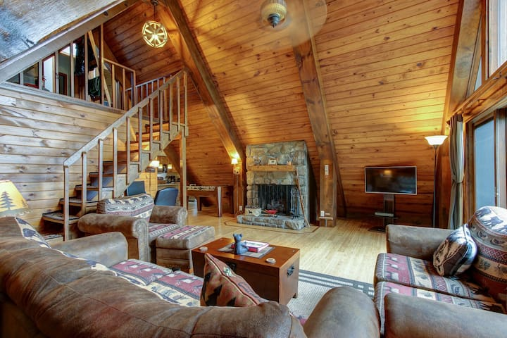 Spacious Living Room w/ Gas Fireplace and Mountain View