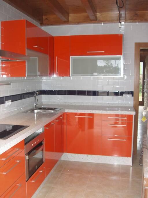 Cocina: Cuenta con lavavajillas, lavadora, secadora, horno, frigorifico y todo tipo de pequeños electrodomésticos.