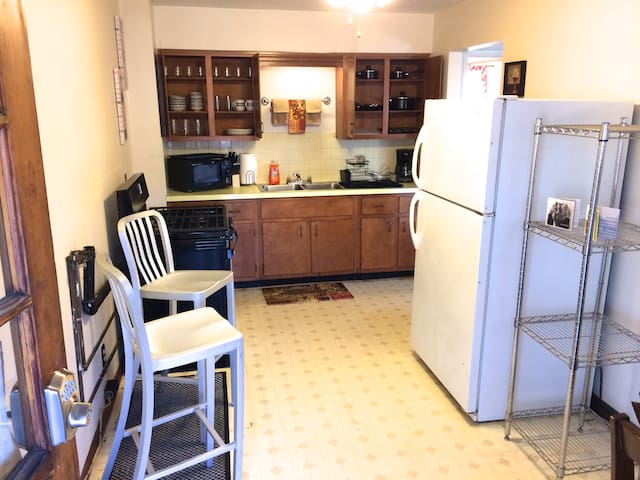 1 Bed 1 Bath 2nd Floor WiFi, Full Kitchen, Quiet - Parkersburg - Apartment