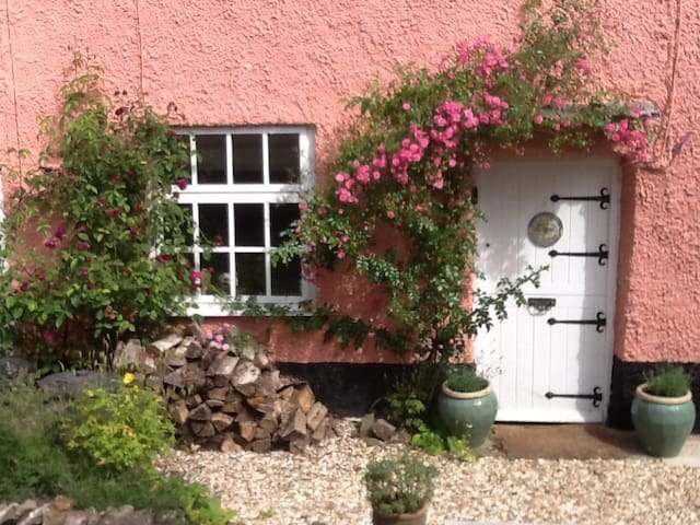 Cosy 17c cottage in village + pub - OAKFORD