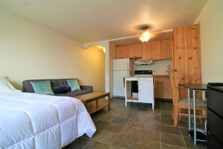 Cute Studio in Central Waikiki with Parking!