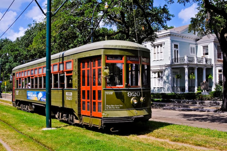 Romantic Garden District & St. Charles Streetcar