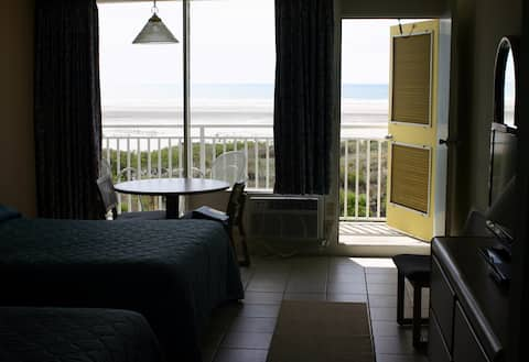 Oceanfront unit w/ private balcony in the Crest