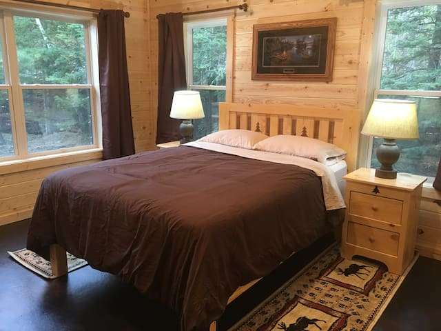 Queen Bed, lake view