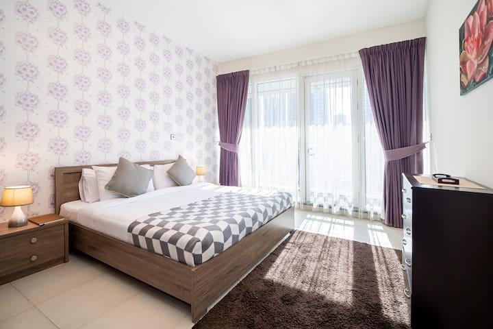 Elegant one bedroom apt in JLT with lake views.