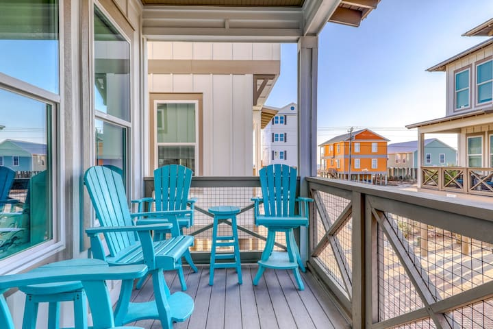 Coastal group-friendly getaway w/shared outdoor pool and fishing pier